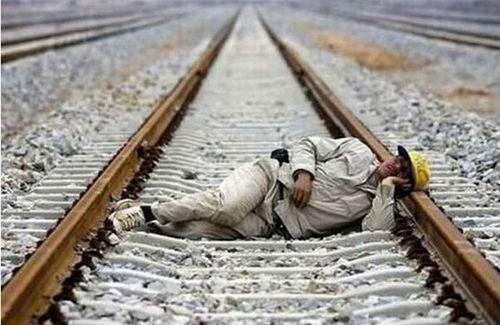 線路で眠る