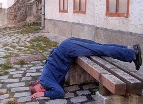 ベンチで眠る男性