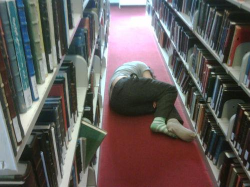図書館で眠る人