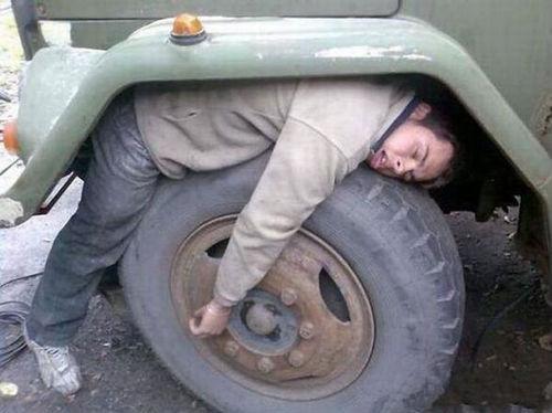 タイヤハウスで眠る男