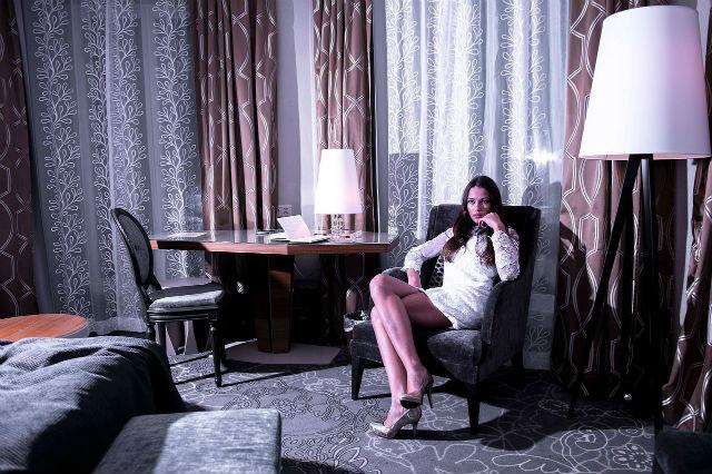 眠るのにふさわしくない寝室にいる女性