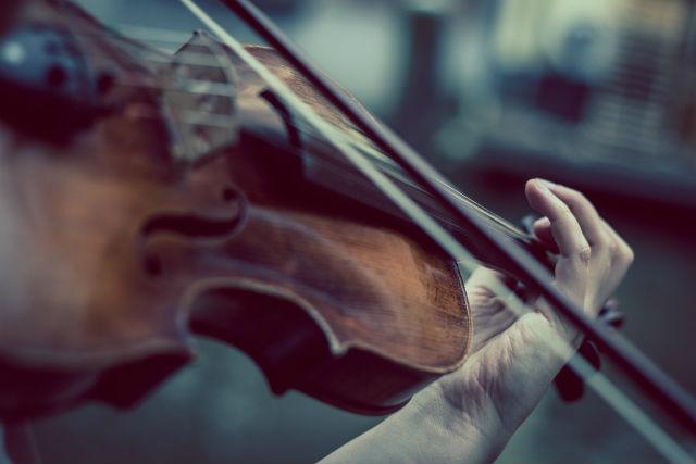 ヴァイオリンを演奏する人
