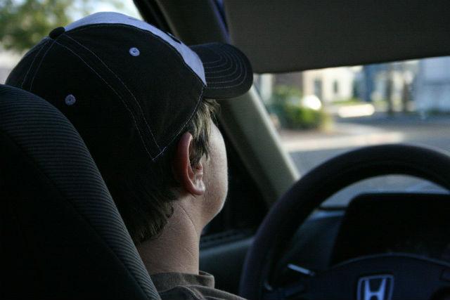 ドライブする男性
