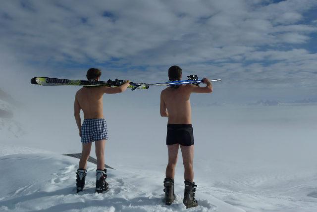 裸で景色を眺める男性