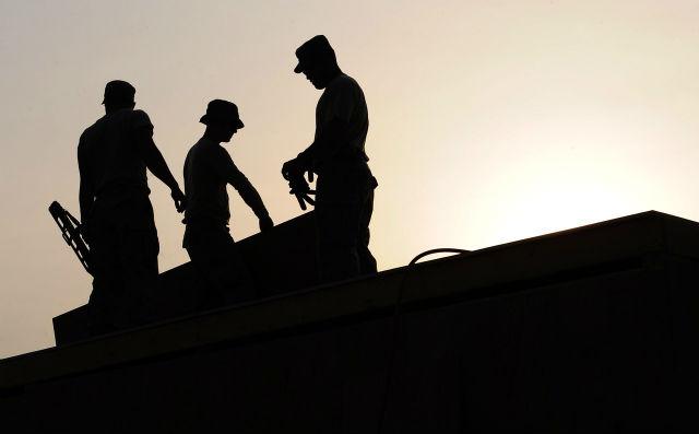 夜通し働く男性