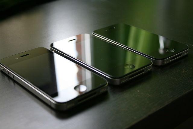 並べられたスマートフォン