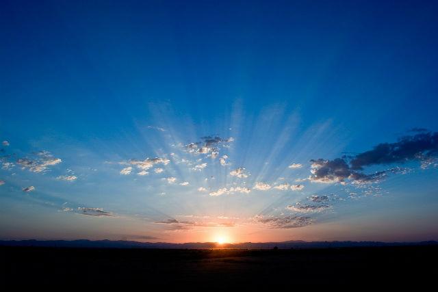 地平線から昇る朝日