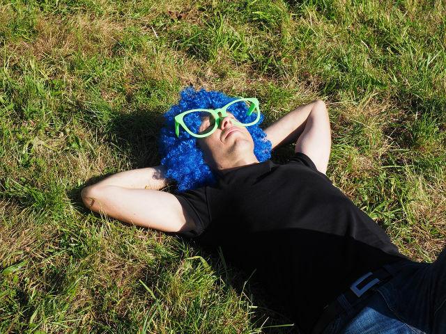 草原で眠る男性
