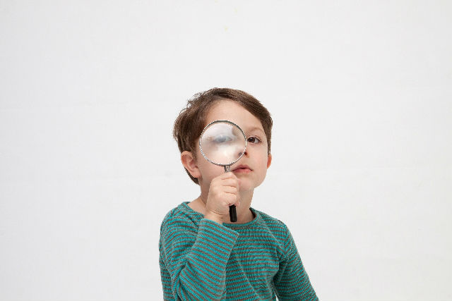 レンズを覗く子供