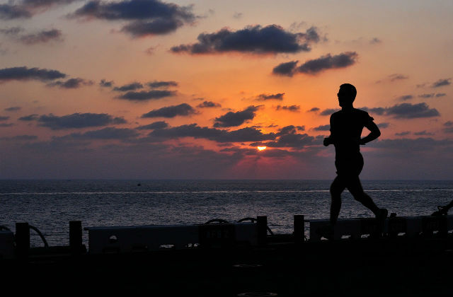朝にジョギングする男性