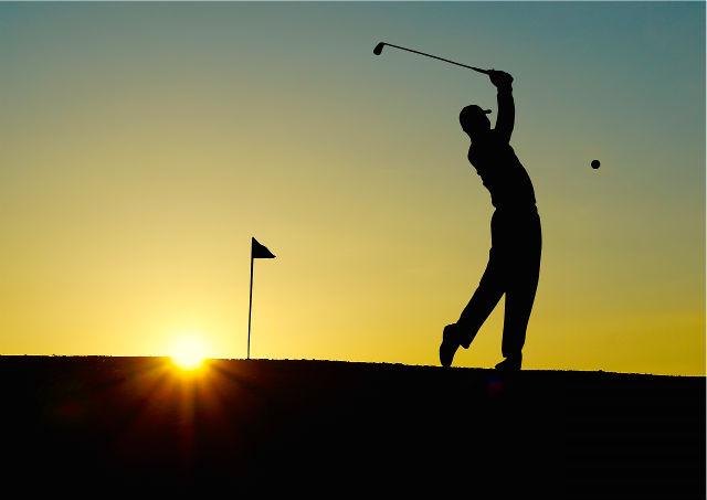 朝練でゴルフをする男性