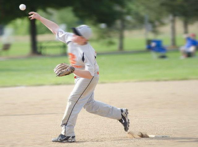 朝練で野球をする少年