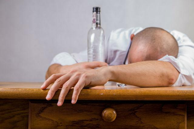 飲みすぎで眠る男性