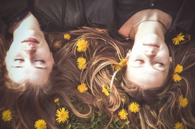眠る二人の女性