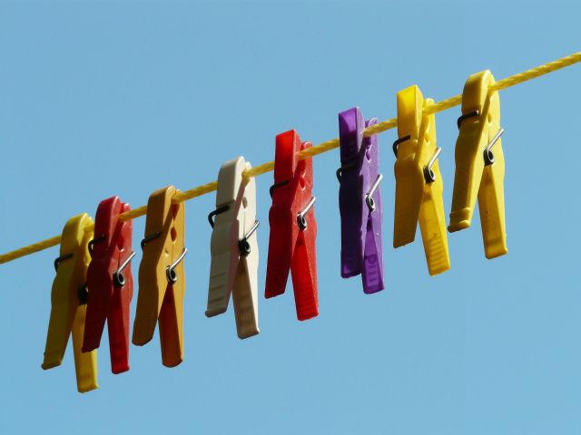 並ぶ洗濯バサミ