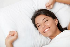 すっきりと目覚める女性
