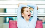 生理中眠い女性