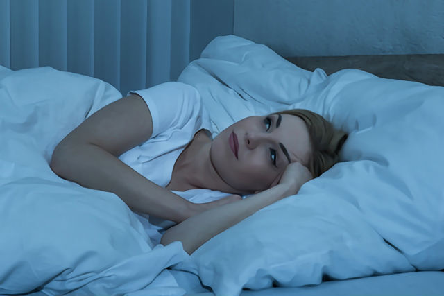 不眠症で夜眠れない女性