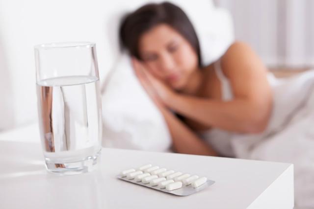 睡眠薬を飲む女性
