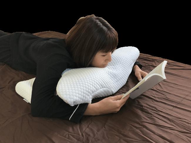 YOKONE2(ヨコネ2)を使って読書する女性の画像