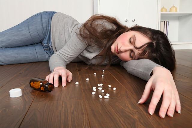 市販の睡眠薬を飲んで副作用に悩まされる女性