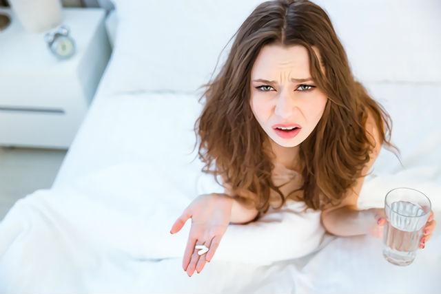 市販の睡眠薬で不眠症を治す女性