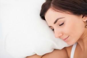安眠枕で眠る女性の写真