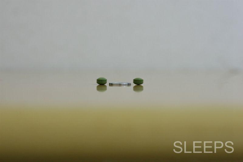 1円玉の厚さと潤睡ハーブの厚さを比較した画像