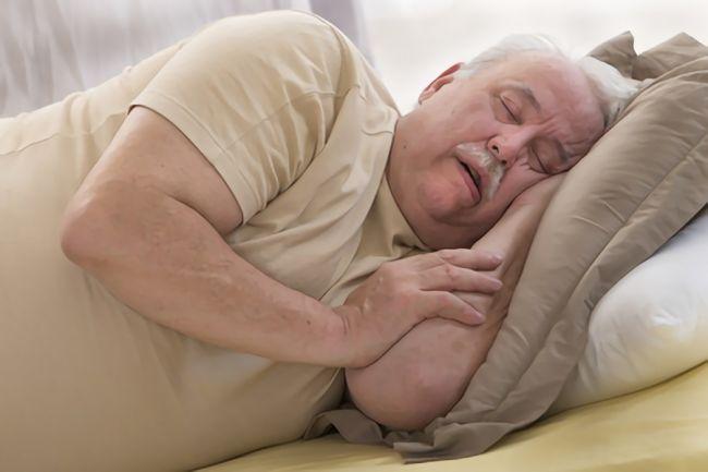 肥満が原因でいびきをしてしまう男性の画像