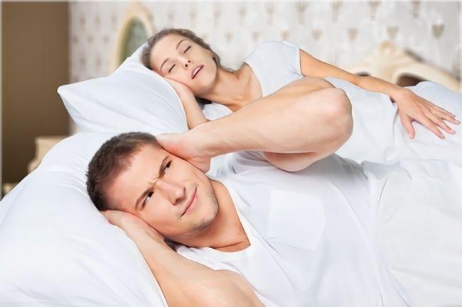 いびきをする女性の画像