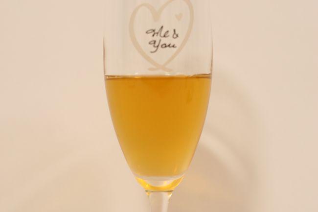 飲むドモホルンリンクルの中身をグラスに移した画像