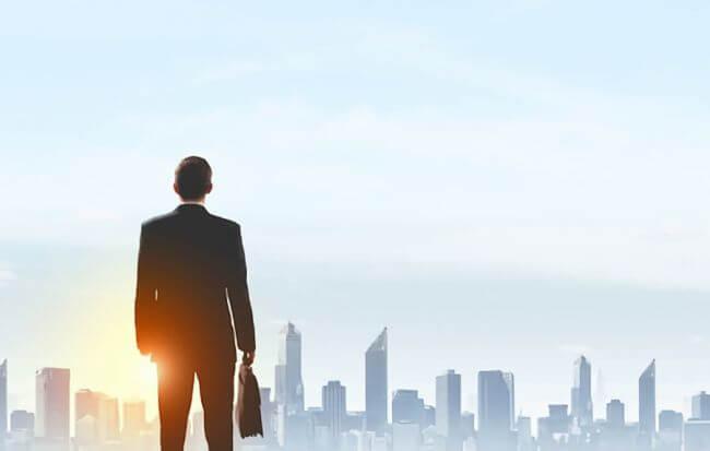 朝日を眺めるビジネスマンの画像