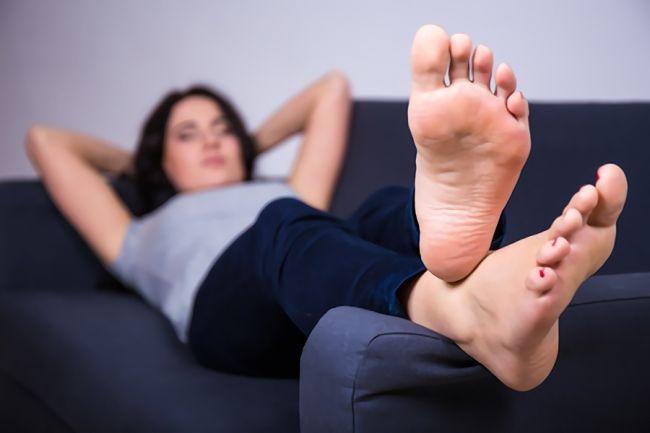足を高くして寝る正しい眠り方|むくみやダイエットに効果あり!