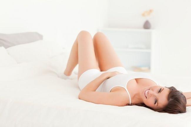 寝ながら骨盤矯正する女性