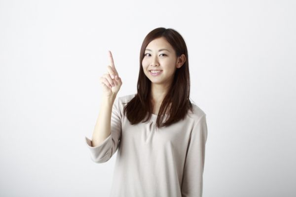 おすすめのサインをだしている女性の画像