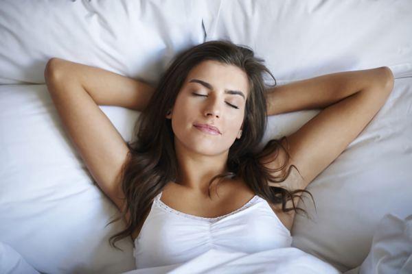 ナイトブラをして眠っている女性の画像