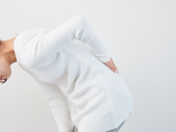 腰が痛い女性の画像