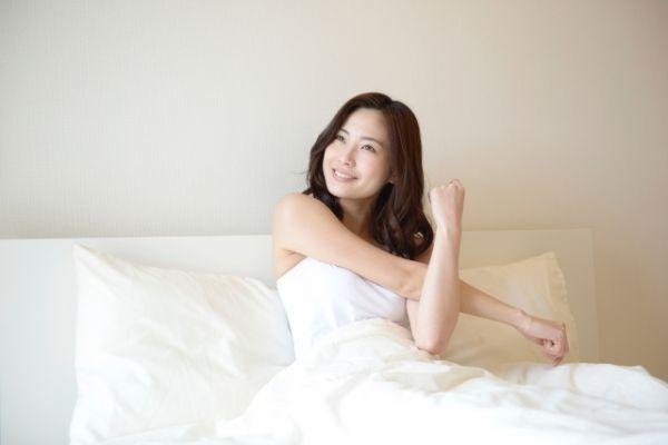 寝起きにストレッチをしている女性の画像