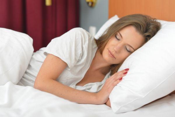横向きに寝ている女性の画像