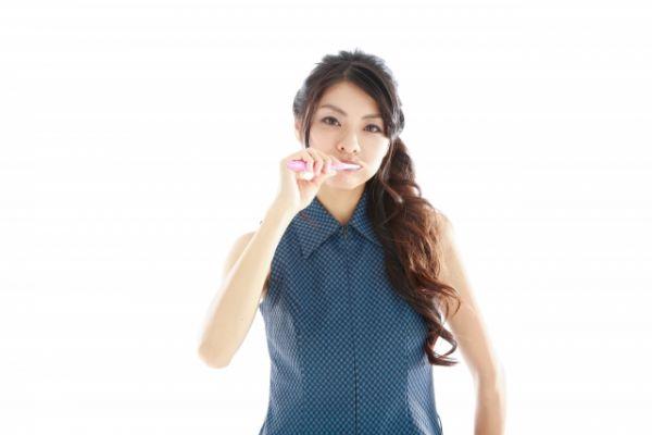歯磨きをしている女性の画像