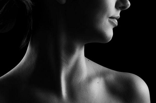 女性の首の画像