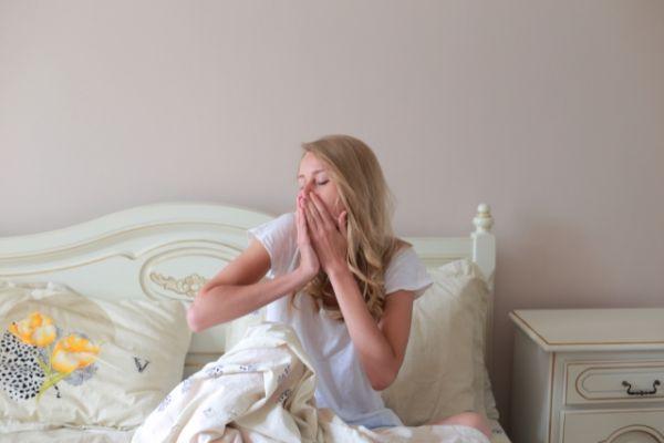 寝起きで眠い女性の画像