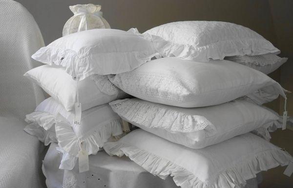 たくさんの枕の画像
