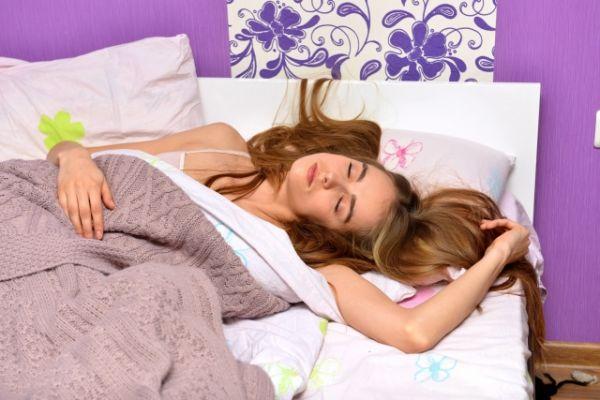 寝相が悪い女性の画像