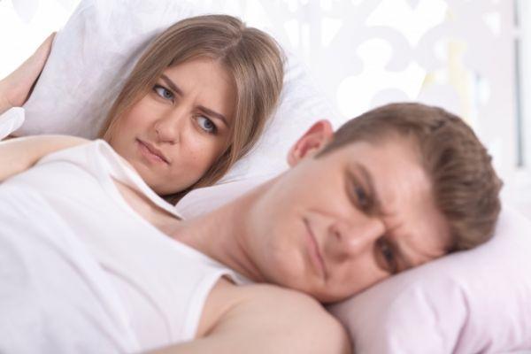 ベッドで険悪なカップル