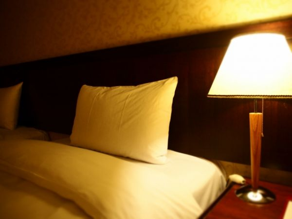 枕とベッドの画像