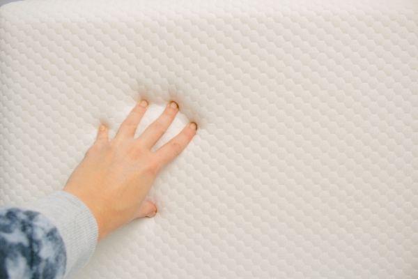 低反発枕を押している画像