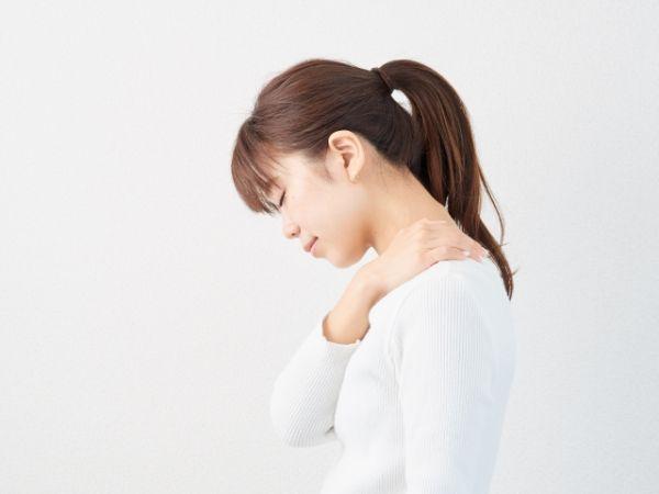 肩こりの女性の画像