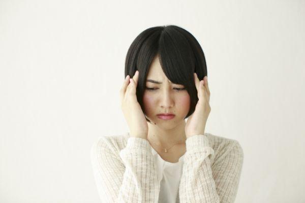 頭痛がツライ女性の画像