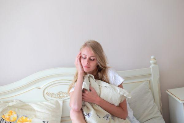 寝起きが辛そうな女性の画像